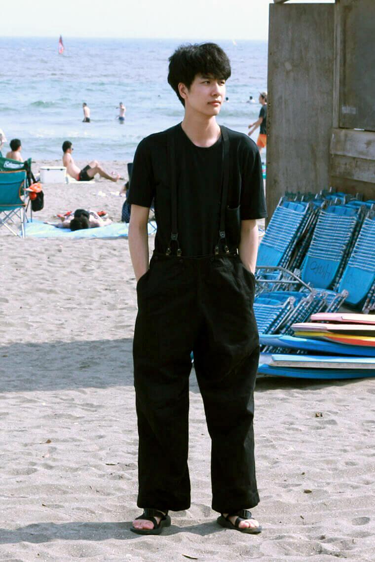 米倉強太 海での全身ブラック、そしてサスペンダーは暑い .