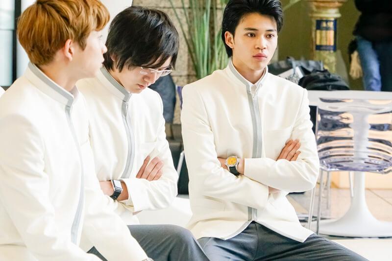 早速、濱田龍臣さんを挟んで出番を待っている鈴木 仁と中田圭祐を発見。しかし第1話を見ていたら、この写真には違和感を覚えるはず\u2026