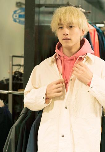 坂口健太郎が、ピンクのパーカをセルフコーディネートした!_ホットトピックス