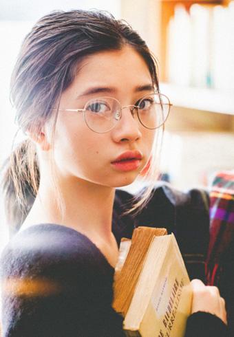 桜田ひよりさんのメガネ姿はWEB限定ショット!_ホットトピックス