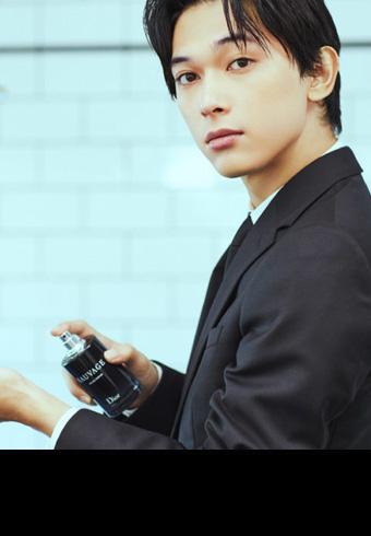 俳優・吉沢 亮さんが特別なデートに選ぶ服、ヘア、香り。_ホットトピックス