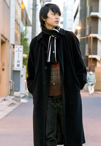 坂田秀晃「カーディガンの柄もロングコートのアクセント!」_ホットトピックス