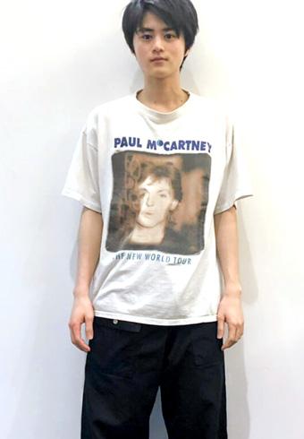 鈴鹿央士「古着屋で発見して一目惚れしたTシャツです!」_ホットトピックス