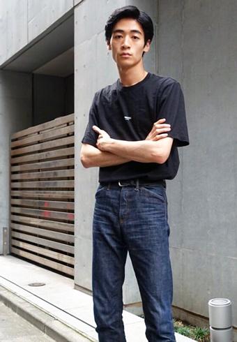 若林拓也「ミニロゴが効いている黒Tシャツは、シュプリーム」_ホットトピックス