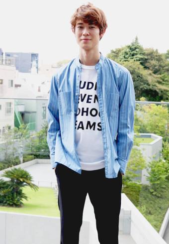 宮沢氷魚「ストライプのバンドカラーシャツが気分です!」_ホットトピックス