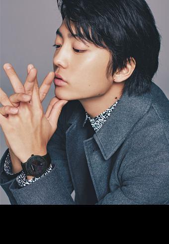 俳優・伊藤健太郎とブラックの美しい腕時計4本_ホットトピックス