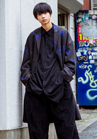 水沢 林太郎「青い柄入りのブラックコートです!」_ホットトピックス
