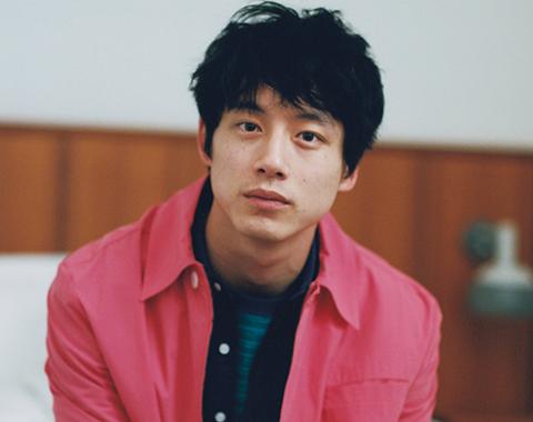 坂口健太郎、花色の装い。撮影オフショットムービー_メガスライダー